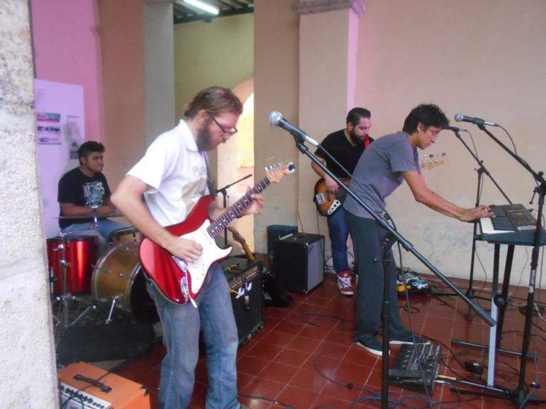 Fernando Sanginés en acción con su guitarra.