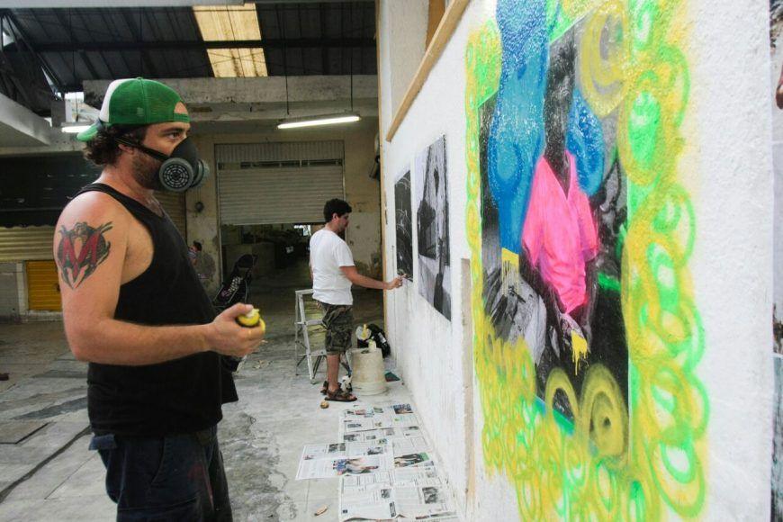 El artista mira su obra