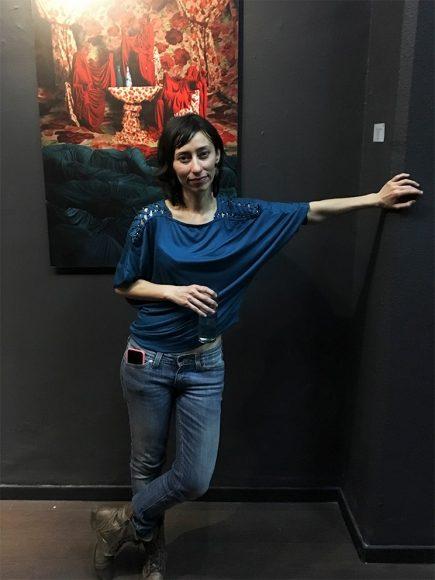 Lizette Abraham junto a su obra